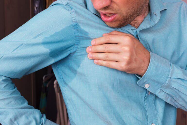 5 råd for å fjerne svetteflekker fra klær