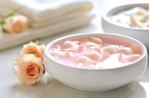 5 oppskrifter med rosevann for å forskjønne ansiktet ditt