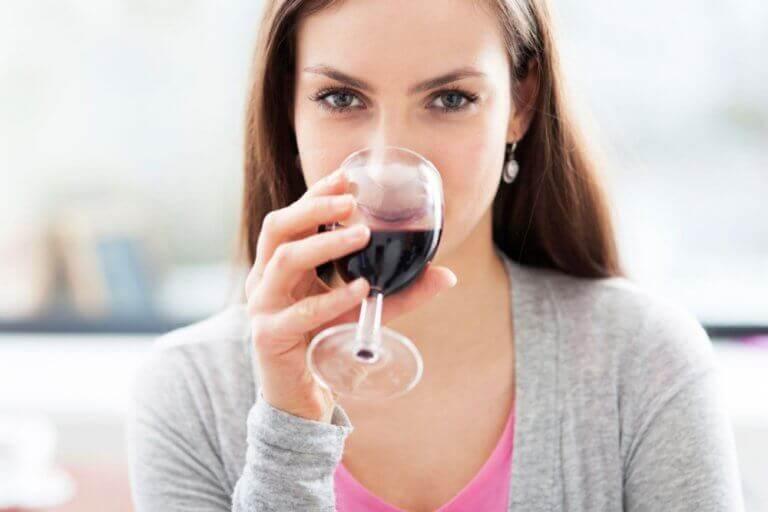 Kvinne drikker rødvin