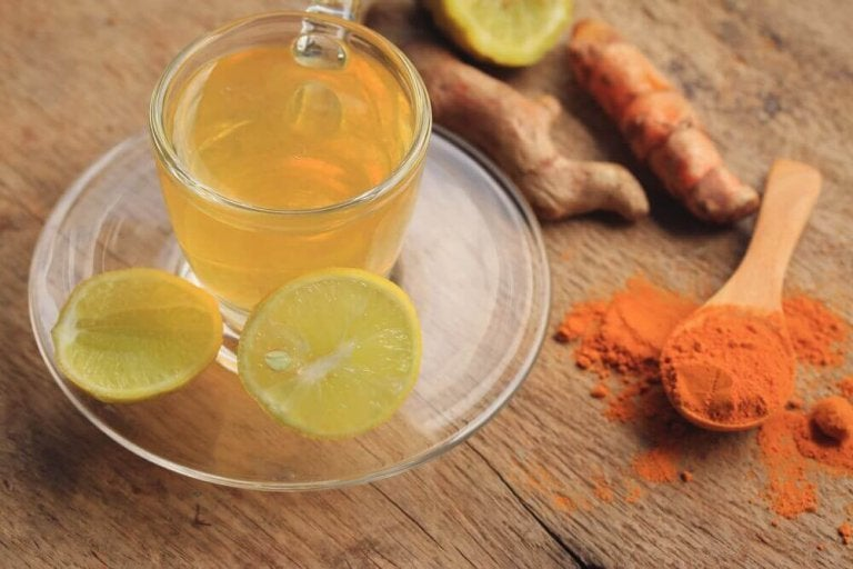 Te med gurkemeie, ingefær og sitron