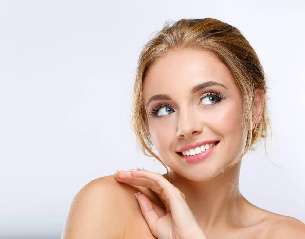 Kvinne med naturlig sminke