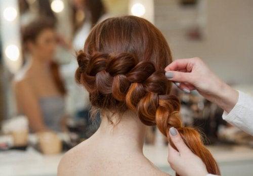 3 enkle hårfrisyrer med fletter for enhver anledning