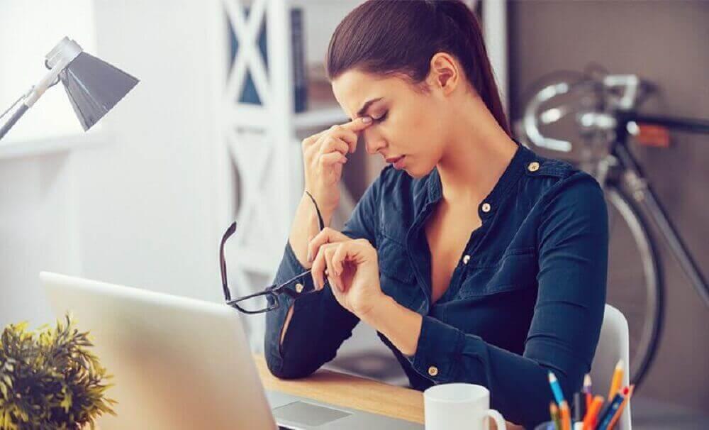 Sliten kvinne på jobb