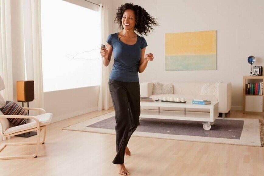 Kvinne danser på stua