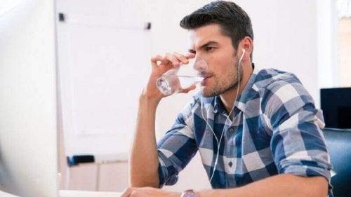 Mann drikker vann