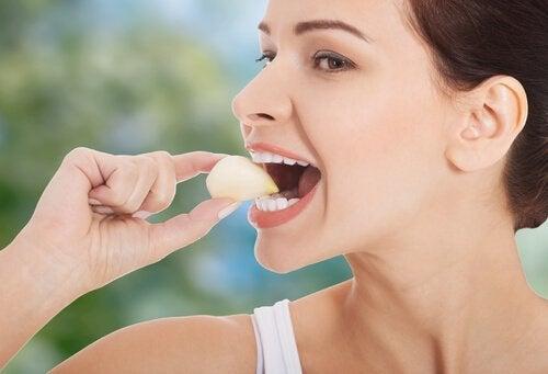 Hjemmelaget hvitløksolje: Fordeler og oppskrift