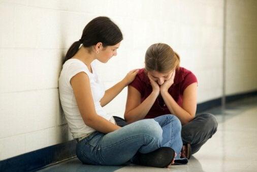 Trist kvinne og en empatisk venn