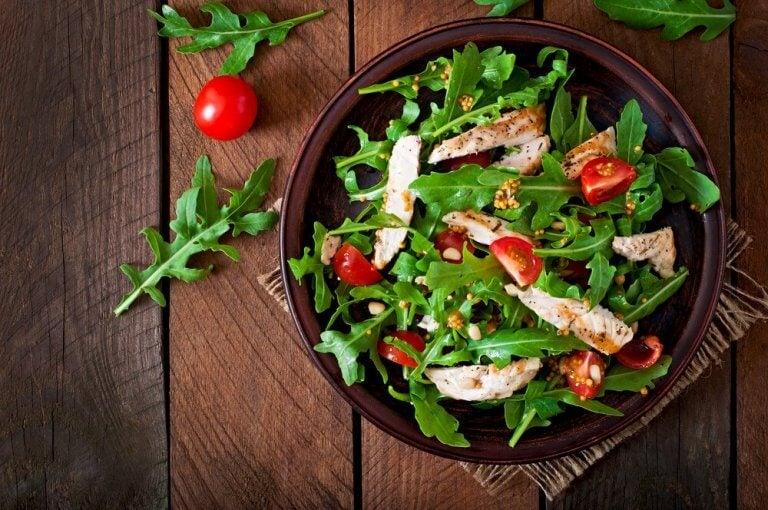 Salat med kylling og gurkemeie