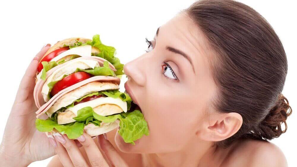 Kvinne spiser mye