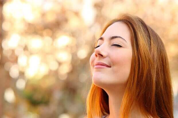 Kvinne nyter et fredfullt øyeblikk