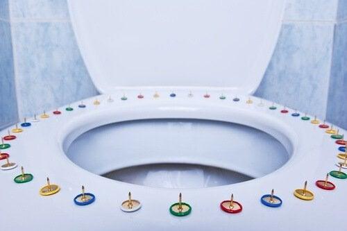 Toalett med tegnestifter