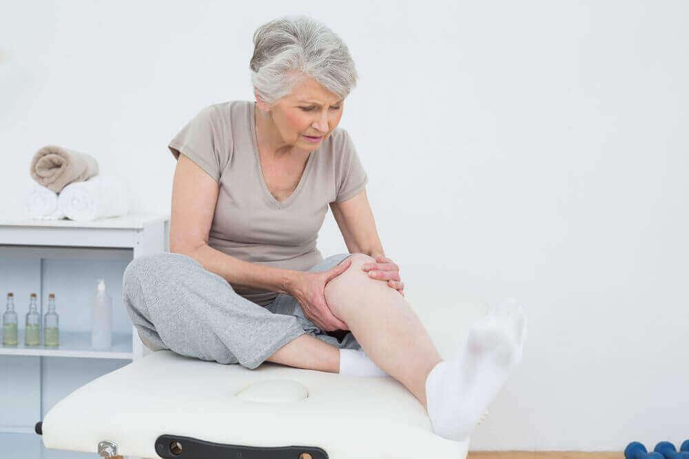 Eldre kvinne med hovne ben