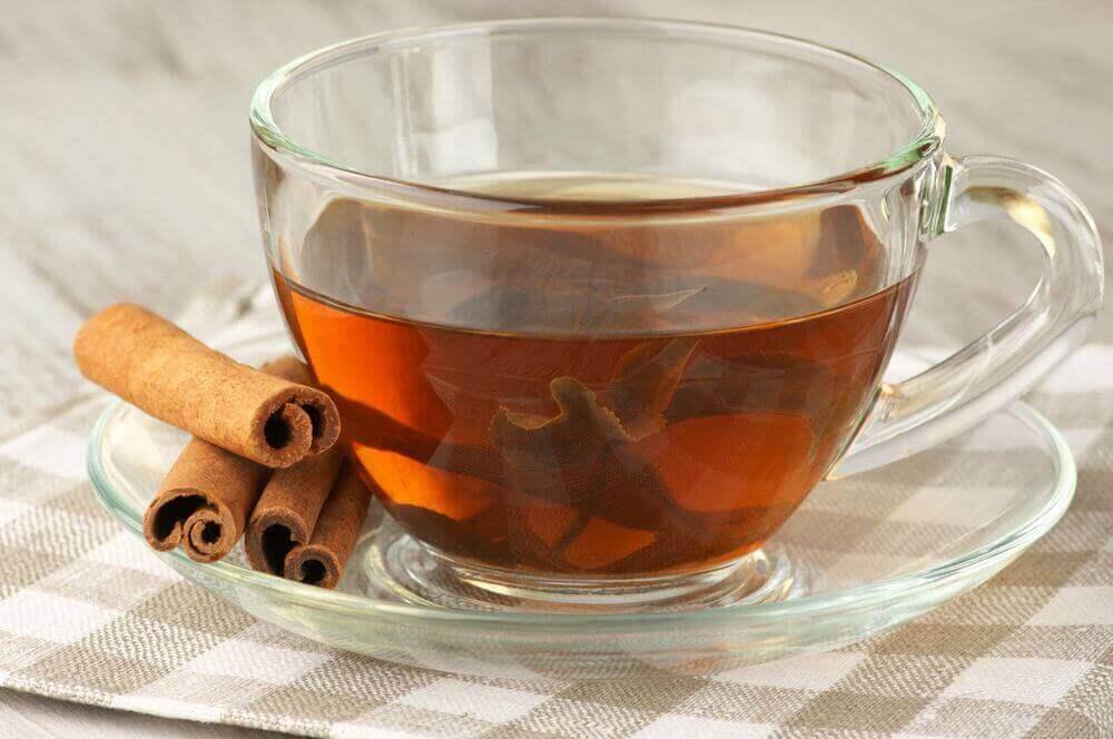 Te av kanel og laurbærblader