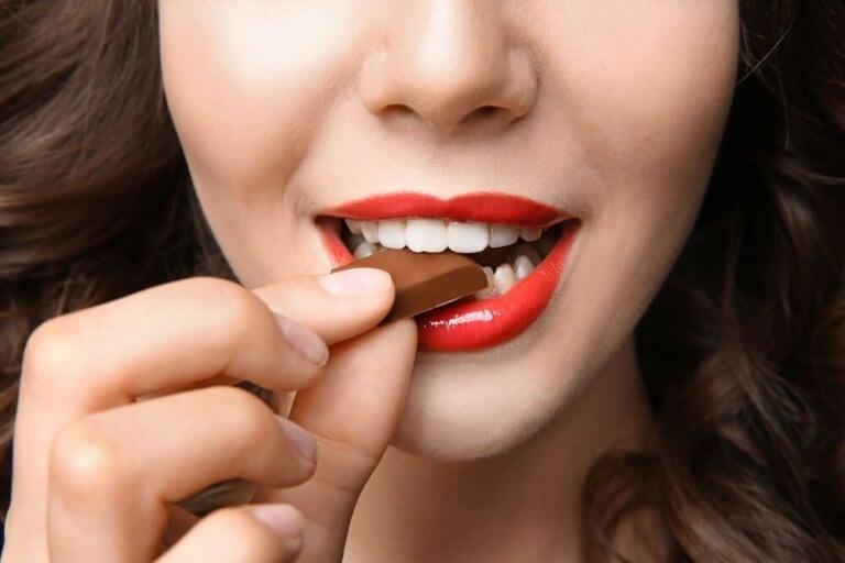 Kvinne spiser sjokolade