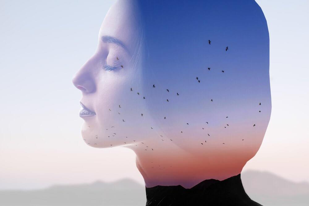 Kvinne som praktiserer mindfulness