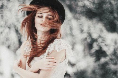 Kvinne med hatt og hvit kjole