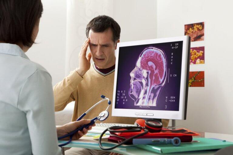 Mann med hodepine hos legen