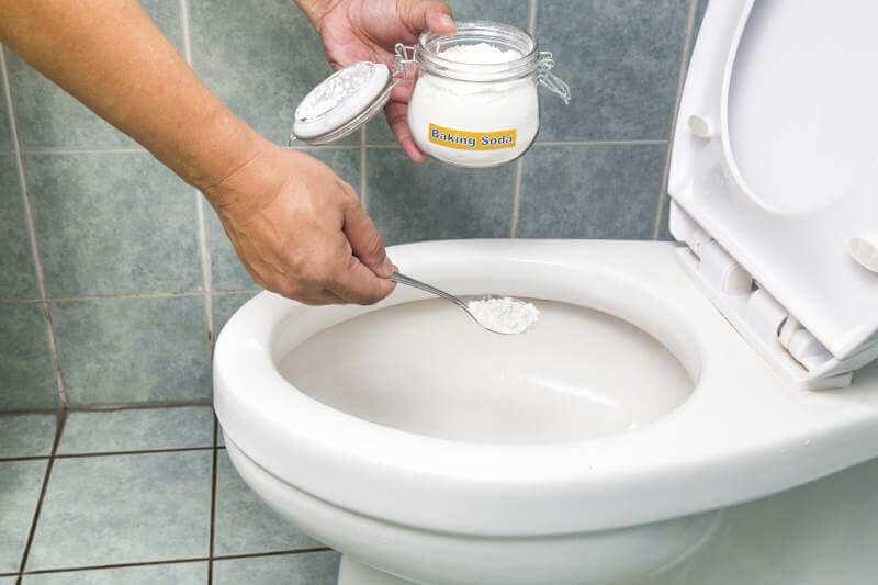 Natron, vann og sitron i toalettet
