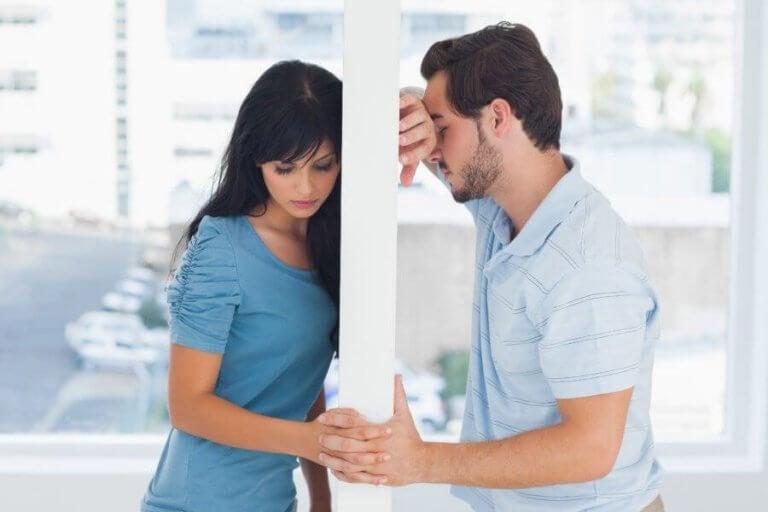 Par på hver sin side av en vegg