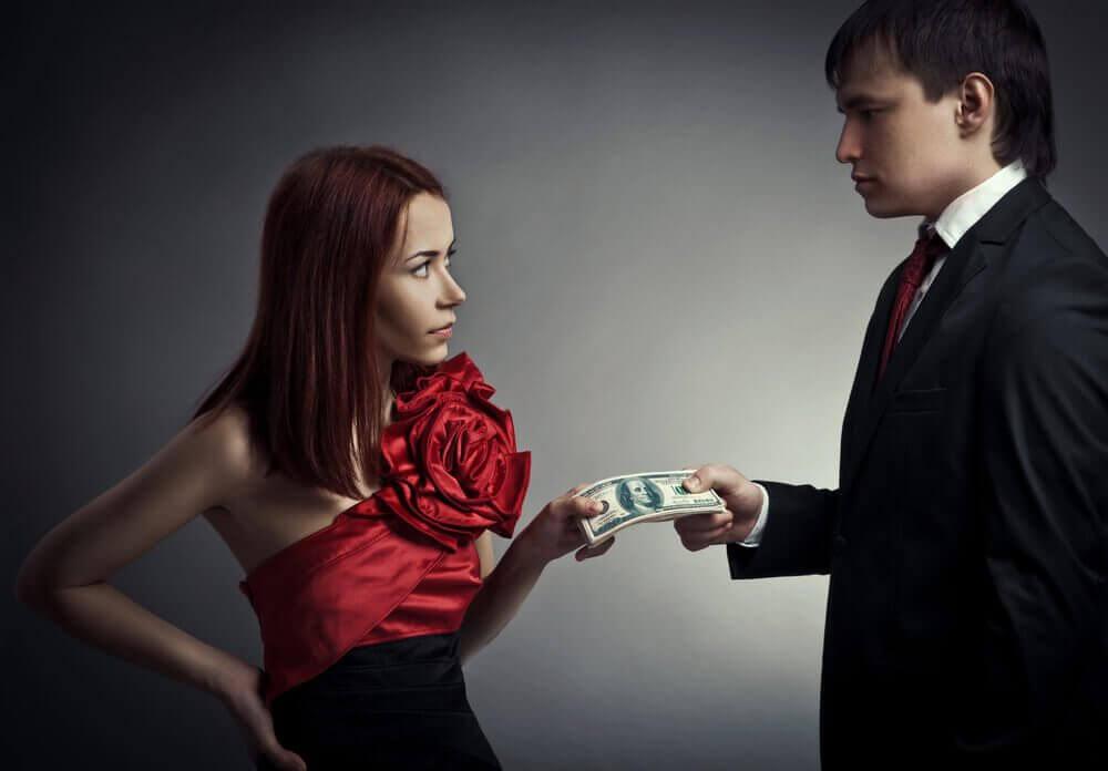 Mann og kvinne holder penger