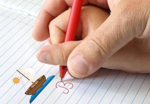 Barn får hjelp til å skrive bokstaver