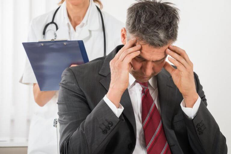 Mann med spenningshodepine hos legen