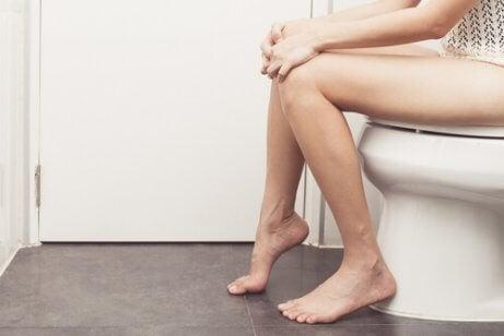 Kvinne på toalettet