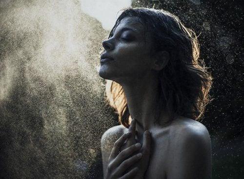 Kvinne og støv