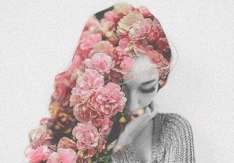 Kvinne med et hår av blomster