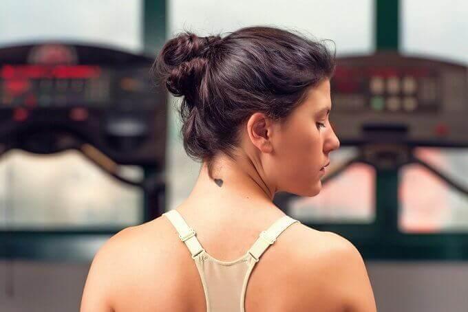 6 tips for å få huden på halsen din til å se jevn og ung ut