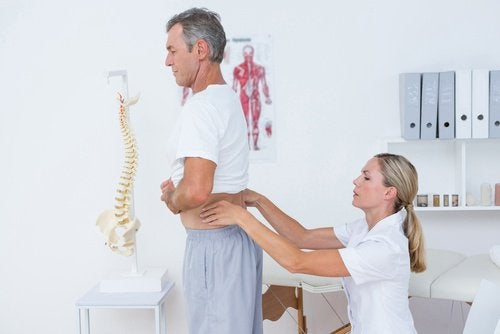 10 hjemmebehandlinger for å lindre ryggsmerter