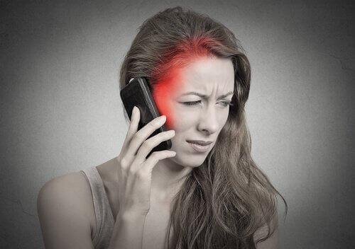 Kvinne snakker i telefon