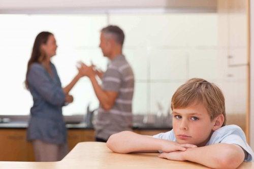 Foreldre krangler foran barn