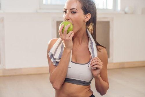 Kvinne spiser eple