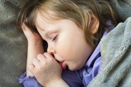 Fire tips for å få barn til å slutte å suge på tommelen