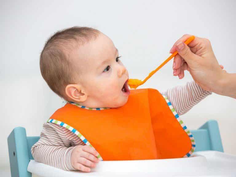 Fordelene med å mate babyer med fruktpuré