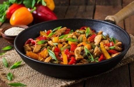 Lag en smakfull kylling- og grønnsaksrett