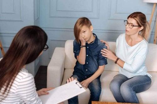 Opprørsk tenåring med mor og psykolog