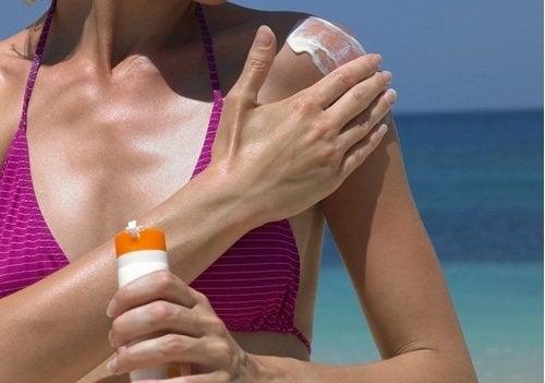 Kvinne unngår for tidlig aldring ved å bruke solkrem