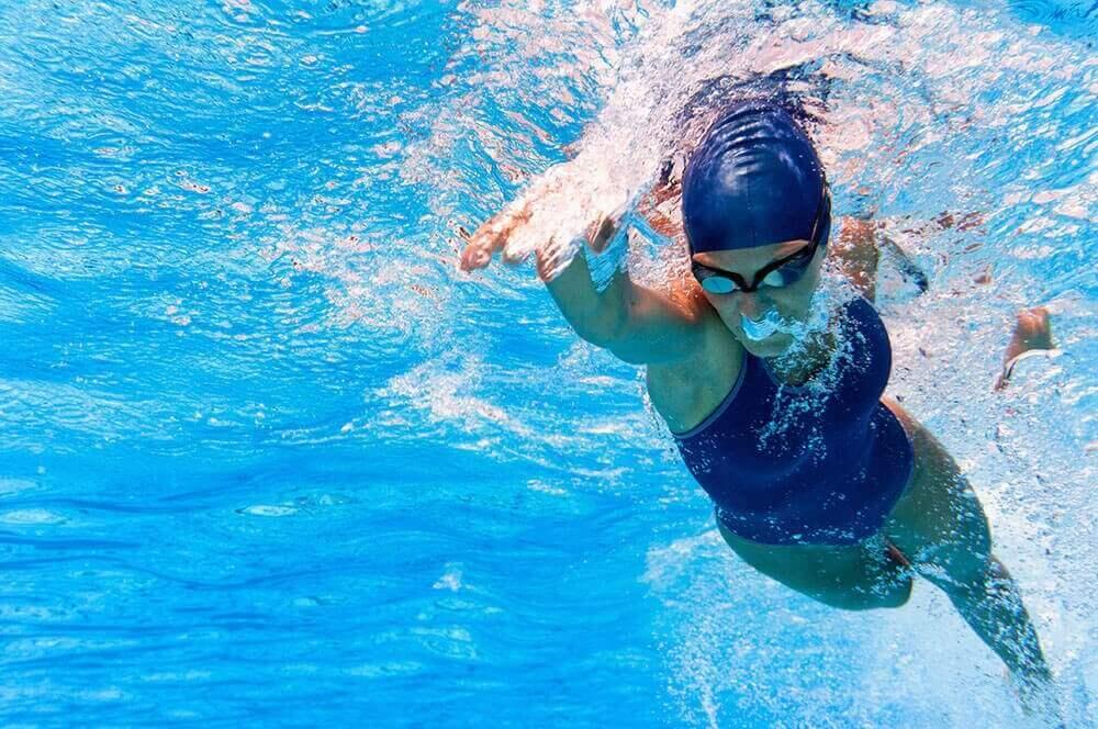 Kvinne svømmer