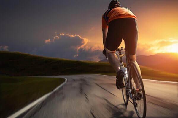 Mann sykler