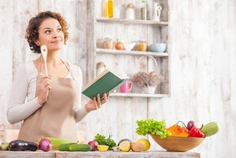 Kvinne lager mat