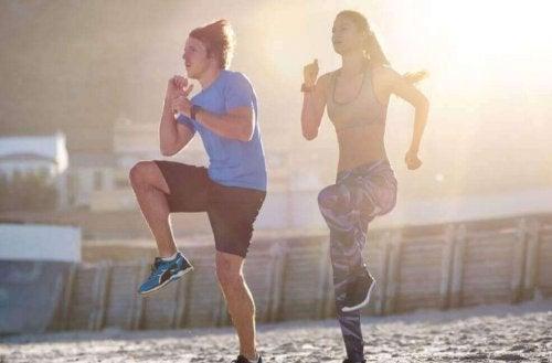 Kardioøvelser: Hopp med høye knær