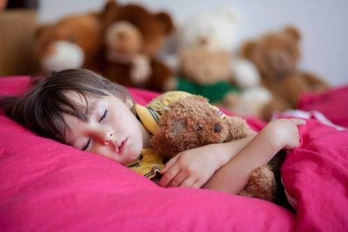 4 konsekvenser av dårlige søvnrutiner hos barn
