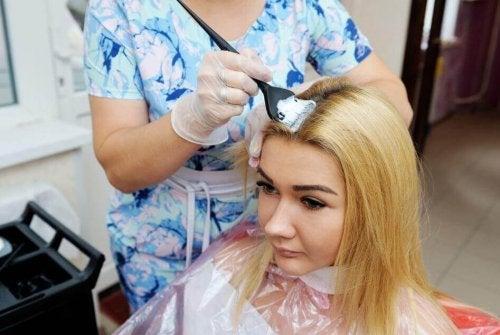 Den beste måten å bleke håret på uten å mishandle det