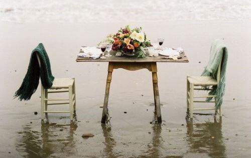 Bord og stoler ute i vannet
