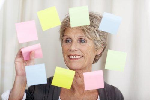 Kvinne med lapper for å trene hjernen