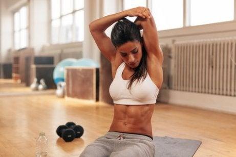 Kvinne trener armene