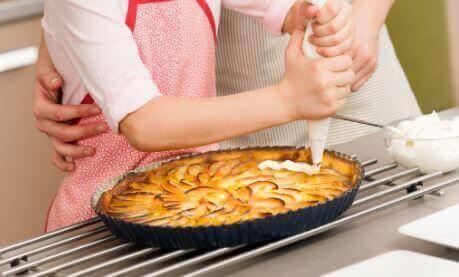 Oppskrift på eplepai med ferskentopping og vaniljekrem