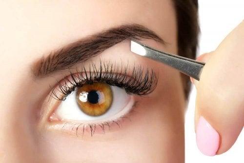5 tips for å få fyldige øyenbryn med naturlige produkter